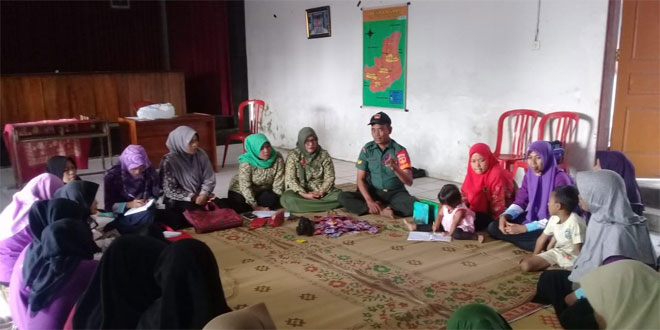 Babinsa Losari Ajarkan Ibu-Ibu PKK Membuat Kreasi Dari Plastik Bekas
