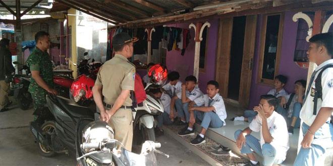 Babinsa Koramil 01/Jepara Bersama Kasi Trantib Melaksanakan Patroli Penertiban Anak Sekolah