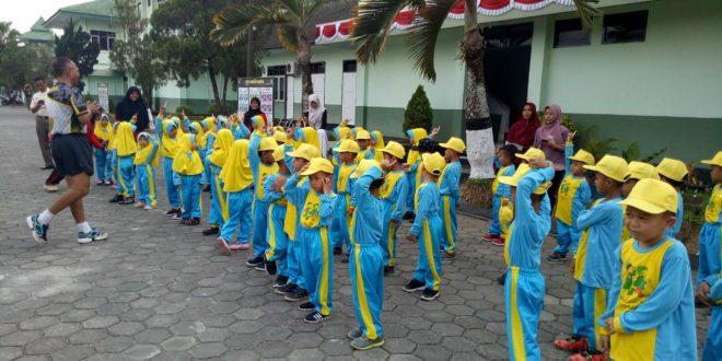 Puluhan anak TK RA. Muslimat Kembaran Sambangi Makorem 071/Wijayakusuma