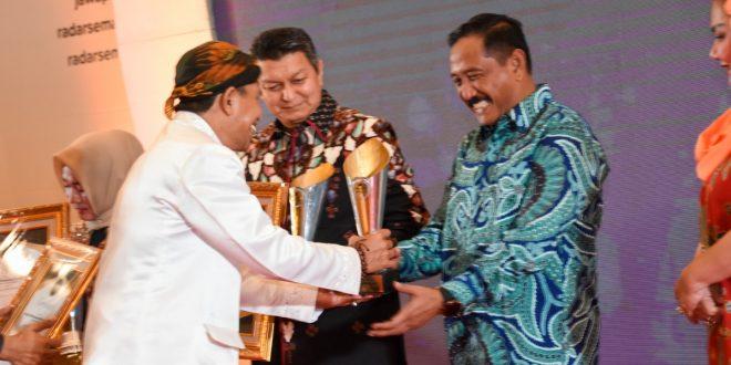Pangdam IV/Diponegoro Menerima Anugerah Jawa Pos Radar Semarang 2019