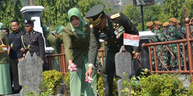 Panglima Kodam IV/Diponegoro, Mayjen TNI Mochamad Effendi, S.E., M.M. didampingi Ketua Persit Kartika Chandra Kirana Daerah IV/Diponegoro, Ny. Septi M Effendi melaksanakan Ziarah ke Taman Makam Pahlawan Giri Tunggal Semarang, dalam rangka HUT ke-74 TNI dan HUT ke-69 Kodam IV/Diponegoro, kegiatan ini juga dihadiri Pengurus Persit KCK Daerah IV/Diponegoro, Selasa (1/10/2019).