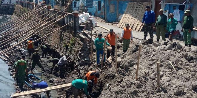 TNI Gandeng Relawan MTA dan LDII Bangun Talud di Jagalan Jebres Surakarta