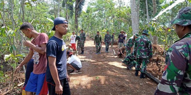 Personil TNI Dan Rakyat Kerjakan Pembuatan Jalan Penghubung Program TMMD Sengkuyung Tahap III Kodim 0706 Temanggung