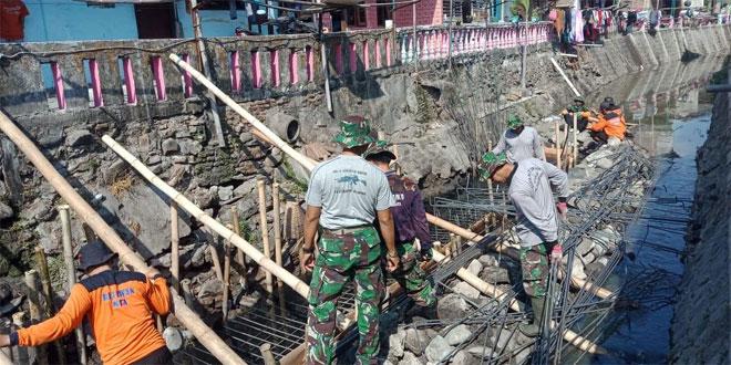 Wujud Kebersamaan Satgas TMMD Kodim 0735/Surakarta Dengan Masyarakat Melalui Pembangunan Talud