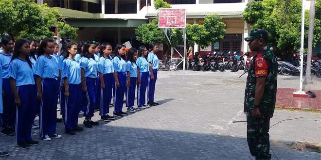 Tingkatkan Disiplin Siswa Siswi SMK Kristen 1 Surakarta, Babinsa Koramil 04/Jebres Latih PBB