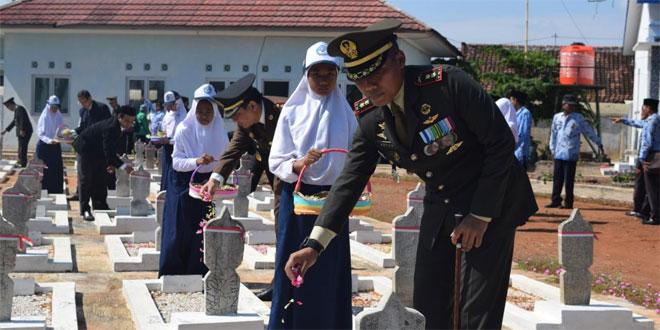 Hari Pahlawan Dandim Pekalongan Pimpin Ziarah di TMP Prawiro Rekso Negara