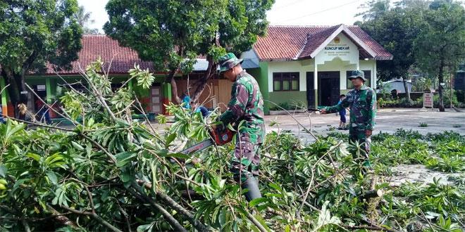 Paska Puting Beliung Anggota Koramil 05 Secang Masuk Kampung Bersihkan Puing dan Pohon Tumbang