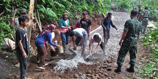TNI Koramil Doro Pekalongan Gotong-royong Bangun Jalan Antar Desa