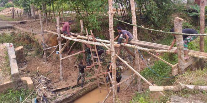 Satgas Yonif 406/CK Bangun Jembatan Darurat di Kampung Persatuan