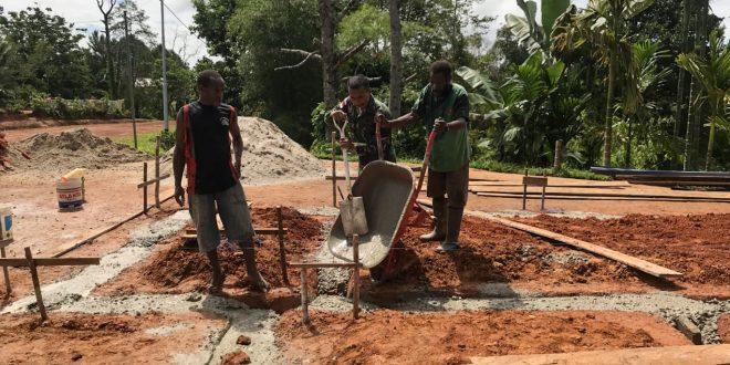 Bersama masyarakat Satgas Yonif 406/CK bantu pengecoran pondasi rumah di Kampung Amoan
