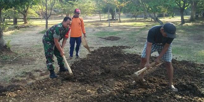 Babinsa Desa Tulakan Bantu Warga Membuat saluran Air Guna Menghadapi Musim Hujan
