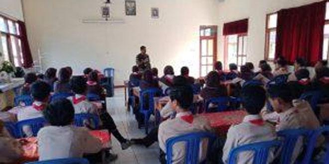 Babinsa Koramil 01 Temanggung Beri Materi Wawasan Kebangsaan Pada Siswa SMPN 5 Temanggung