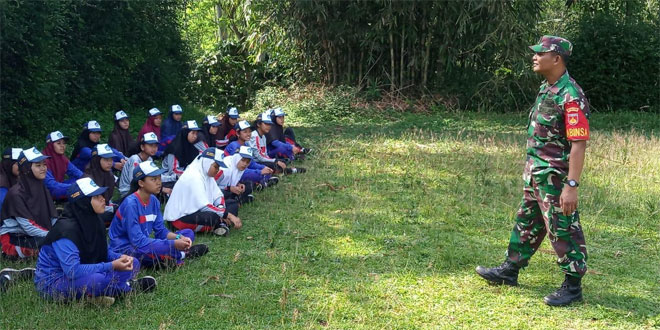 Babinsa Koramil 08 Kandangan Latih PBB Dan Beri Pembekalan Wawasan Kebangsaan Pada Siswa Siswi SMP N 1 Kandangan