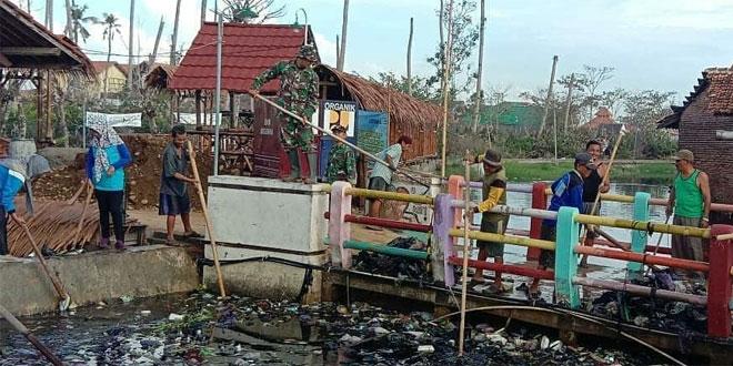 Cegah Banjir, TNI Gabungan Bersama Masyarakat Bersihkan Sungai Mrican Wonokerto Pekalongan