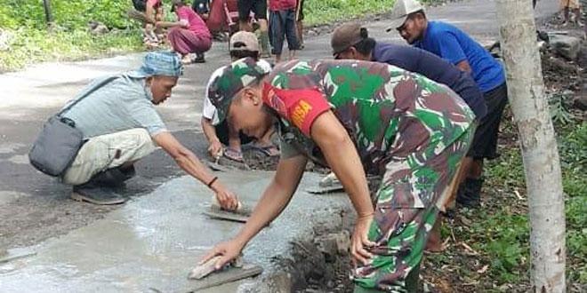 Koramil Godean Bersama Warga Perbaiki Jalan Kampung