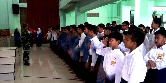 Pupuk Kedisiplinan Anak Sekolah, Babinsa Koramil 13/Ngampilan Beri Bimbingan dan Arahan Agar Menjadi Siswa yang Berprestasi