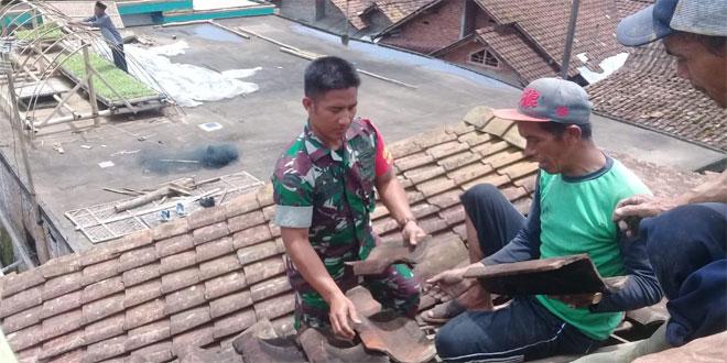 Babinsa Windusari Bantu Perbaiki Atap Rumah Warga