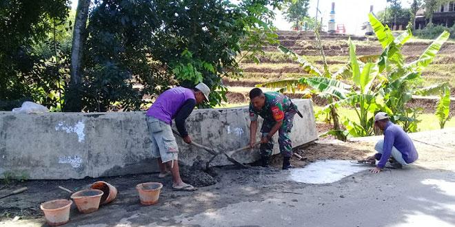 Bantu Perbaiki Jembatan, Babinsa Bejen Hidupkan Gotong Royong