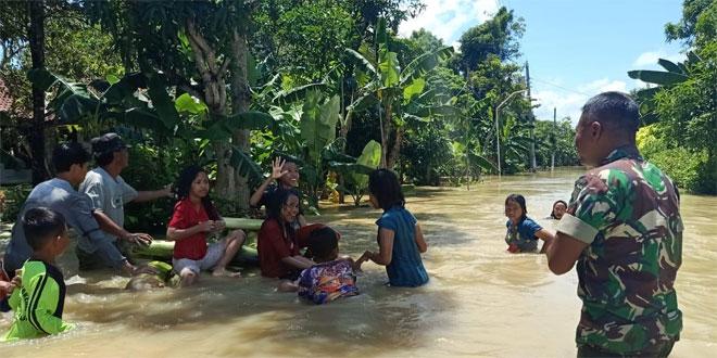 Wilayah Terendam Banjir Ini yang Dilakukan Babinsa di Pekalongan