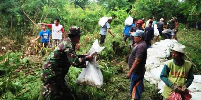 Pekerjaan Penambalan Tanggul Sungai Cisanggarung Pasca Jebol