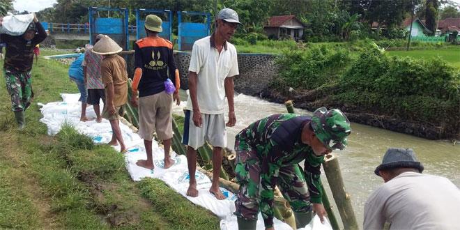 Jebol 15 Meter, Danramil Adimulyo Ajak Masyarakat Pasang Karung Penahan