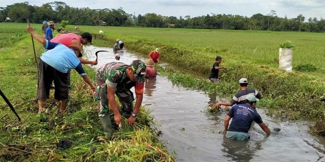 Babinsa Koramil 19/Kuwarasan Ajak Warga Bersih-Bersih Sungai