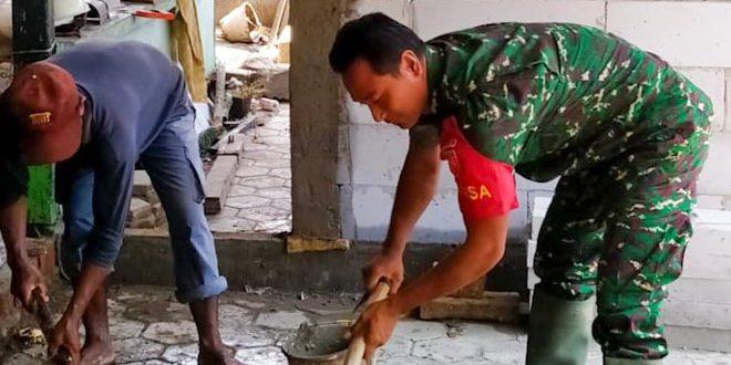 Wujudkan Kemanunggalan TNI Dan Rakyat, Babinsa Bantu Warga Bangun Rumah