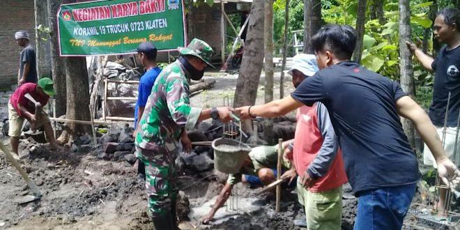Babinsa Trucuk Ikut Gotong Royong Bangun Rumah Sebagai Wujud Sinergitas TNI-Rakyat