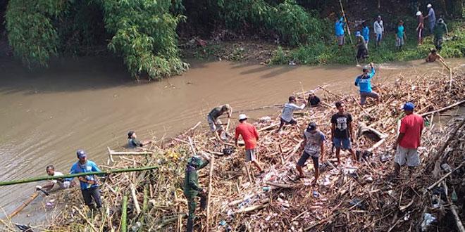 Koramil Pedan Karya Bakti Bersihkan Sampah Di Sungai Kaligawe