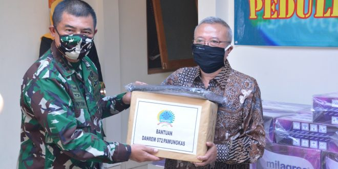 Tinjau Rumah Sakit Lapangan di Bantul, Danrem 072 Serahkan Bantuan APD dan Minuman Mineral