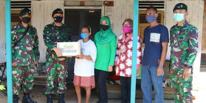 Yonif Raider 400/BR Bantu Warga Terdampak Pandemi Covid-19 di Sekitar Asrama