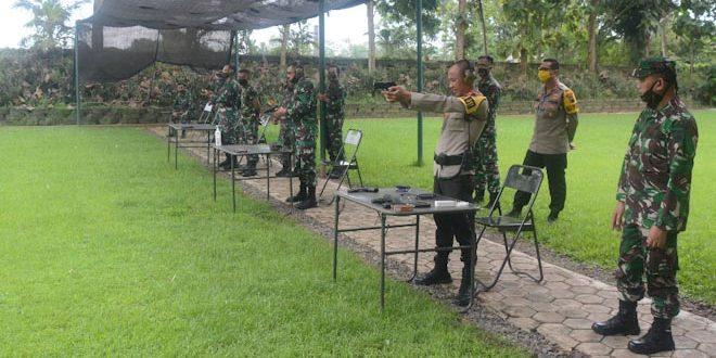 Perkokoh Sinergitas, Danrem 071/Wijayakusuma Ajak Kapolresta Banyumas Latihan Menembak