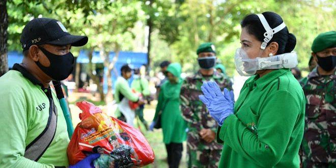 Apresiasi Petugas TPU Pondok Ranggon, Ibu Hetty Andika Perkasa Beri Bantuan Paket Sembako