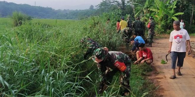 Karya Bhakti TNI Sasar Pelebaran Jalan Desa Galangpengampon Wonopringgo