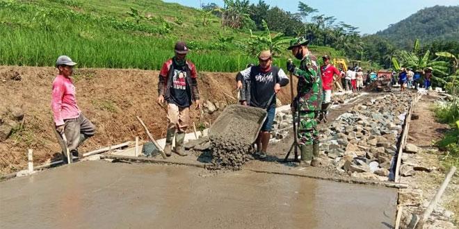 TNI Bersama Warga Ngecor Jalan TMMD