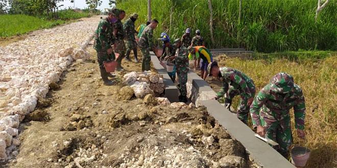 TNI dan Warga Kebut Terus Pembangunan Talud