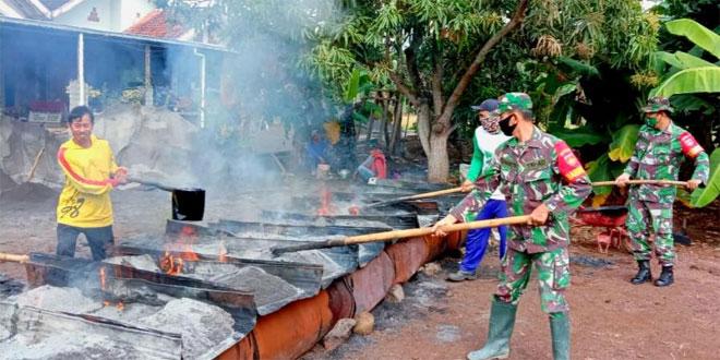 Babinsa Tetap Bantu Pengaspalan Jalan Di Tengah Pandemi