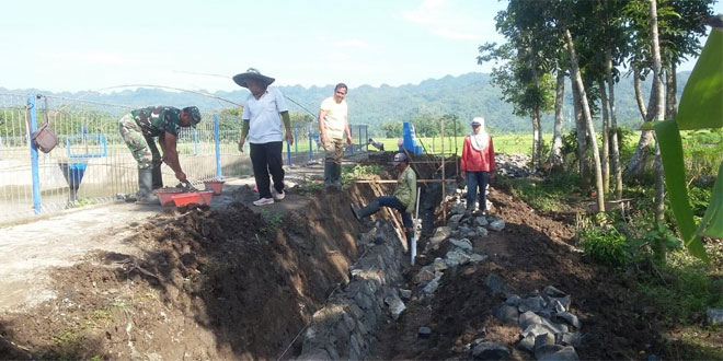 BabinsaKoramil 19/ Kuwarasan Karya Bhakti Pembuatan Talud Sekitar Embung