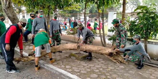 Koramil 02/Bjs Karya Bakti Resik-Resik Lingkungan