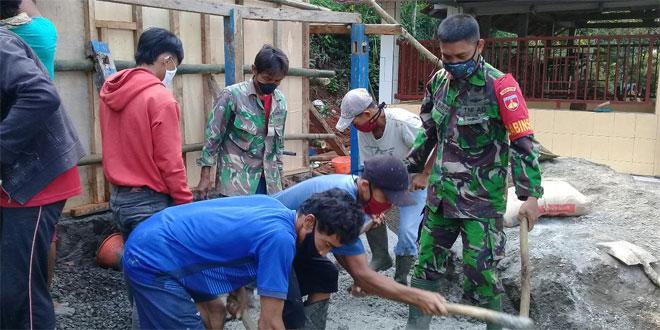 Atasi Krisis Air Bersih, Babinsa Koramil 03/Sempor Bantu Buat Penampungan Air