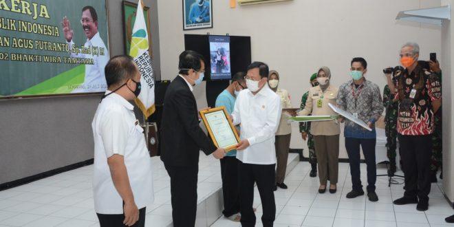 Menteri Kesehatan RI Beri Santunan kepada Ahli Waris Tenaga Kesehatan Covid-19
