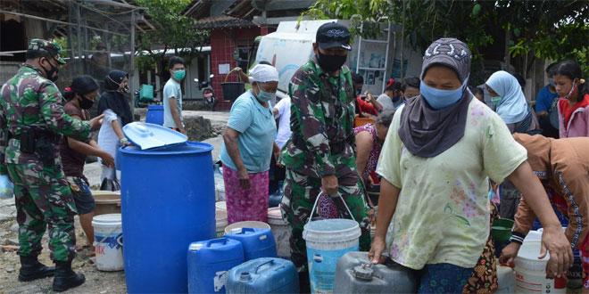 SINERGI UNTUK NEGERI BANTUAN AIR WARNAI HUT TNI DAN TMMD SENGKUYUNG