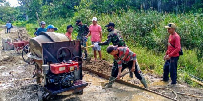 Satgas Yonif 407/PK Bersama Masyarakat Membangun Jalan di Perbatasan