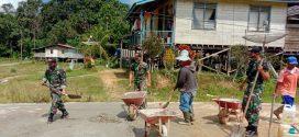 Satgas Yonif 407/PK Bantu Perbaikan Rumah Warga di Perbatasan