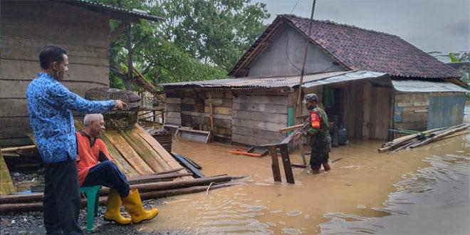 Sigapnya Babinsa Banjarparakan Tangani Korban Banjir Serayu