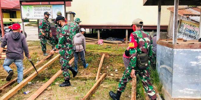 Satgas Yonif 407/PK Karya Bhakti Bantu Warga Membangun Lapak