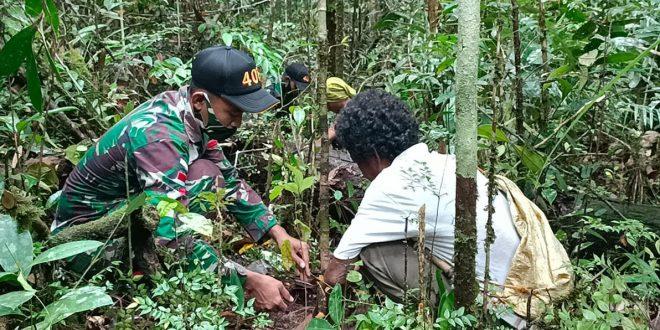 Peduli Alam, Satgas Pamtas Yonif 407/PK Bersama Masyarakat Perbatasan Melaksanakan Penanaman Pohon
