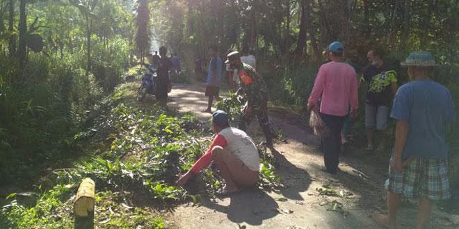 Jaga Kemanungglan TNI – Rakyat, Babinsa Mundu Ajak Warga Kerja Bakti