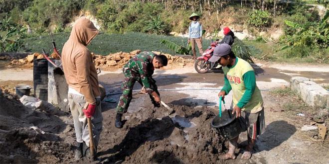 TNI Selalu Hadir Ditengah Rakyat, Babinsa Wukirsari Bantu Warga Buat Talud