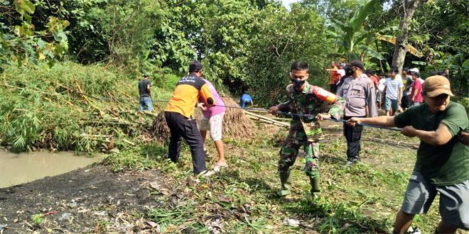 Babinsa Pedan Bersama Masyarakat Bersihkan Aliran Sungai